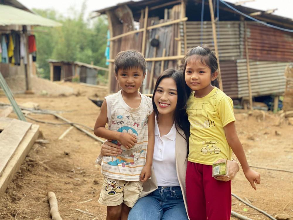 Hoa hậu Đỗ Thị Hà vừa có chuyến đi đến Nam Trà My, tỉnh Quảng Nam để hỗ trợ những bà con gặp khó khăn tại nơi đây. Đây địa phương hứng chịu thiệt hại nặng nề sau đợt bão lũ năm 2020.