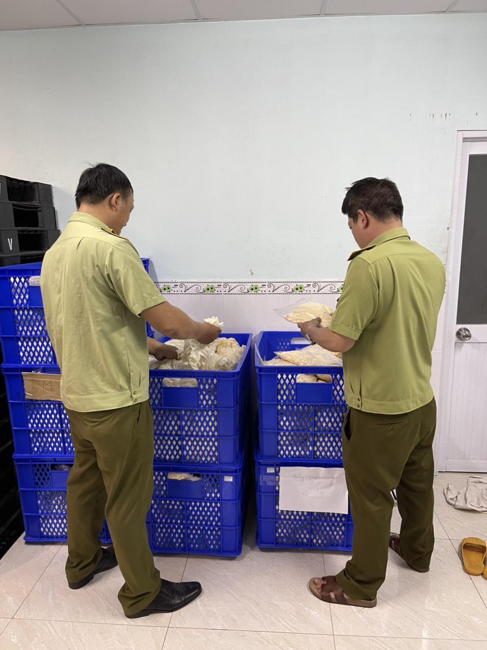 Lực lượng QLTT TP.HCM thu giữ hàng nghìn chiếc găng tay cao su trôi nổi.