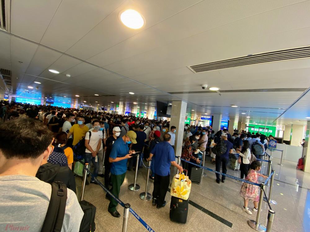 Khu vực soi chiếu an ninh sảnh A tại Cảng Hàng không quốc tế Tân Sơn Nhất đông nghịch khách ngày 16/4. Ảnh: Quốc Thái