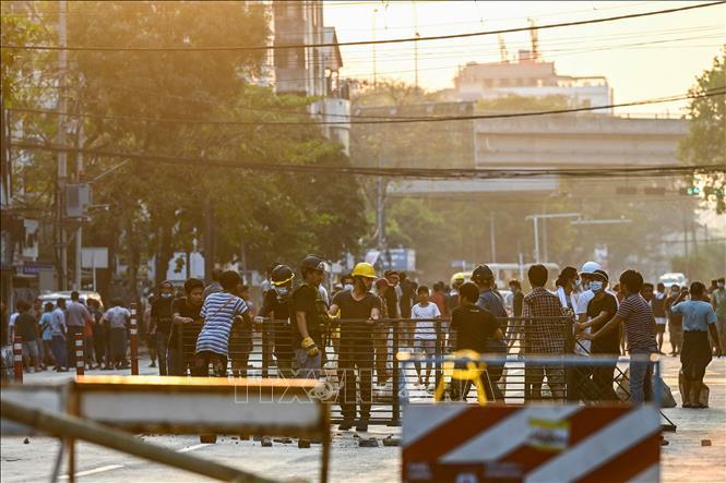 Người biểu tình tập trung tại thành phố Yangon, Myanmar ngày 10/3/2021. Ảnh: AFP/TTXVN