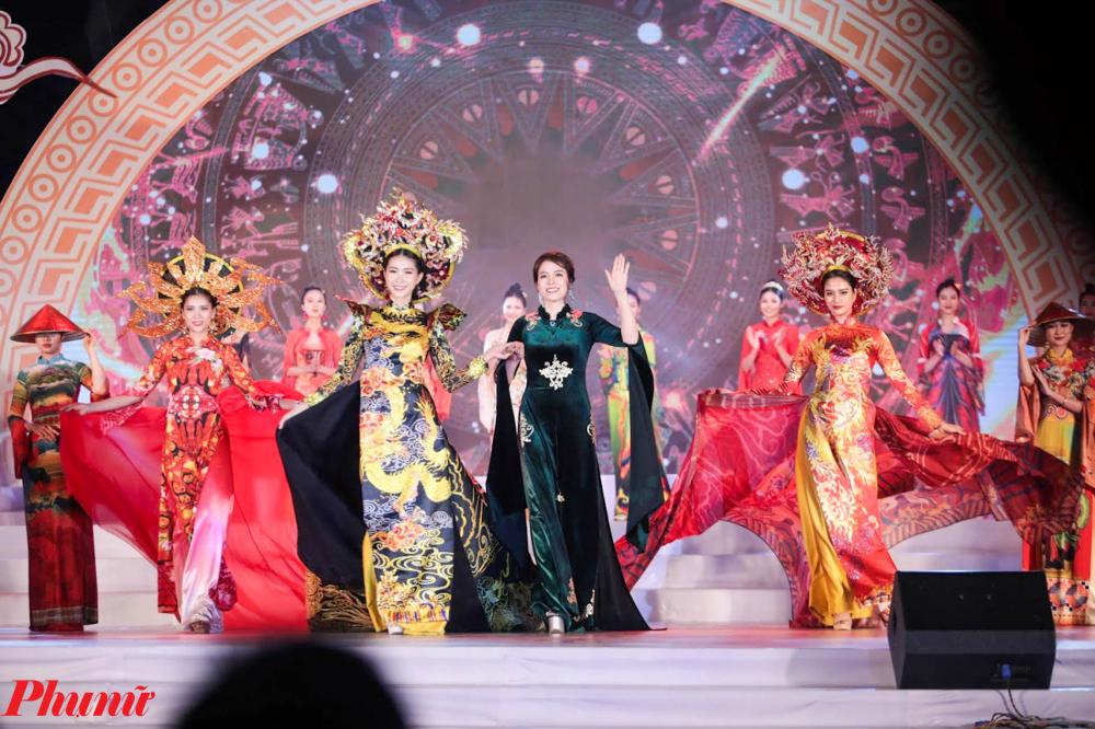 """Các trang phục áo dài biểu diễn vô cùng bắt mắt trong chương trình nghệ thuật với chủ đề """"Linh thiêng nguồn cội - Đất Tổ Hùng Vương"""" diễn ra từ 20h00' đến 21h30' ngày 20/4/2021 (tức ngày 9/3 năm Tân Sửu) tại Hồ Công viên Văn Lang, thành phố Việt Trì."""