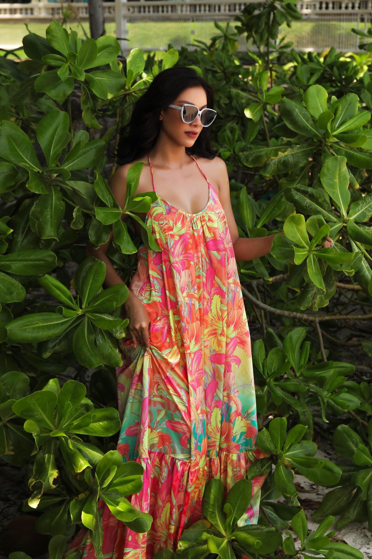 Hè đến, những chiếc váy maxi dáng rộng và hoạ tiết hoa lá lên ngôi. Á hậu Kim Duyên mang đến một số gợi ý cho phái đẹp để chuẩn bị cho những chuyến du lịch biển mùa hè năm nay.