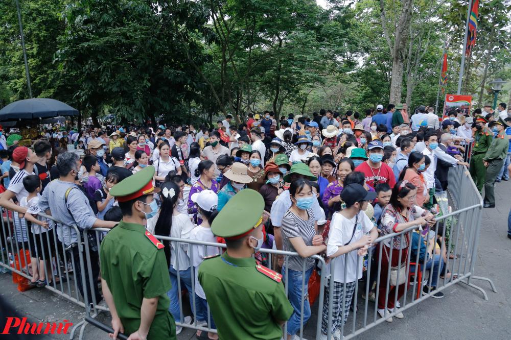 đến khoảng hơn 7h, lượng người dân đổ về khu vực đền Hùng mỗi lúc một đông, nhiều thời điểm đã xảy ra hiện tượng chen lấn, xô đẩy, dồn ứ nghiêm trọng.