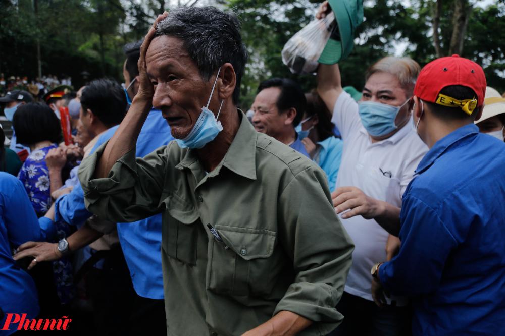 Cảnh chen lấn, xô đẩy nhau khiến nhiều người tỏ ra mệt mỏi