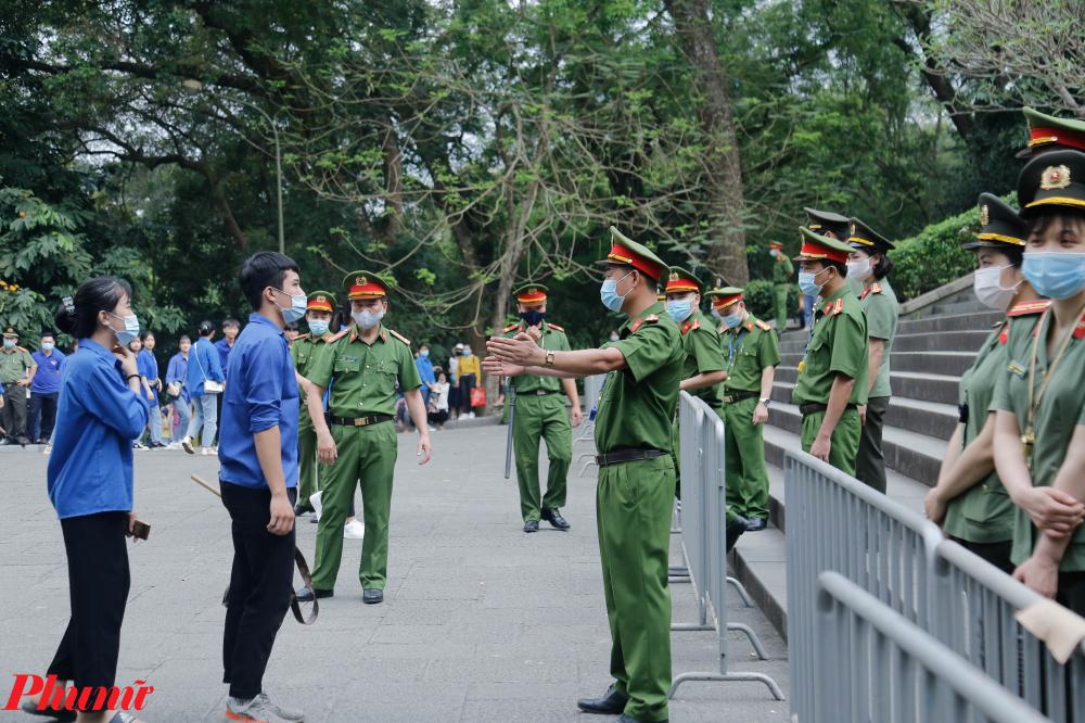 Trong thời gian các vị đại biểu dâng hương, gần 10 hàng rào mềm gồm các lực lượng an ninh đã được bố trí cách nhau để phân luồng người dân tiếp tục hành hương, ngay sau khi đoàn đại biểu hành hương xong.