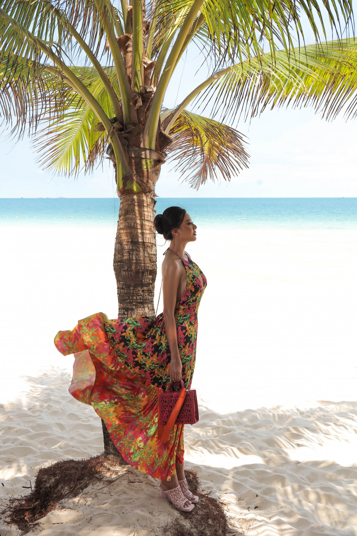 Với bộ váy này, người đẹp chọn túi màu hồng đậm, kết hợp với sandal màu hồng nhạt, để tăng thêm độ sáng cho trang phục.