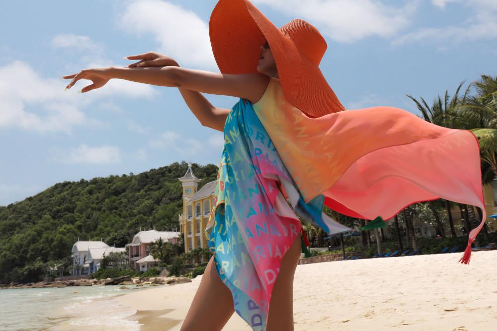 Mũ rộng vành cũng là người bạn đồng hành không thể thiếu của các cô gái trong mùa hè. Không chỉ giúp trang phục thời trang hơn, chúng còn có tác dụng nhất định trong việc chống nắng.