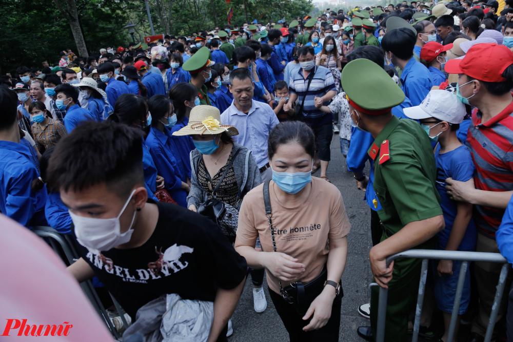 Đến khoảng 8h30, tình trạng ùn ứ và hỗn loạn đã cơ bản không còn, người dân ổn định di chuyển lên đền.
