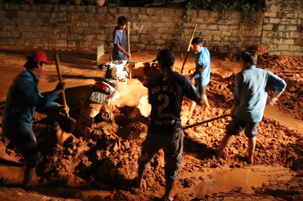 Chiếc xe máy bị cát chôn vùi - Ảnh: Thanh Niên