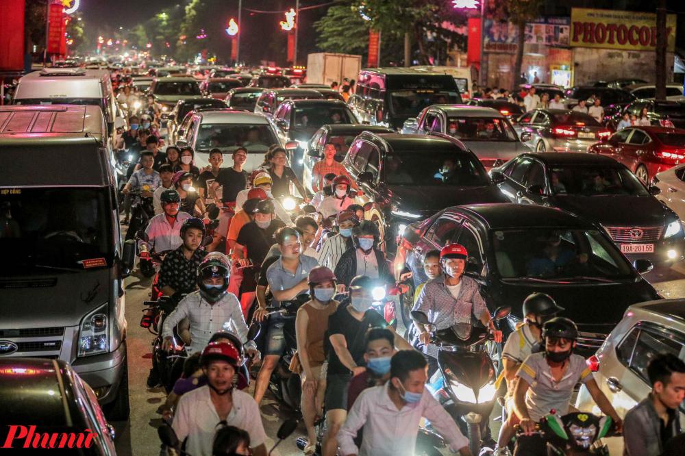 Theo ghi nhận của PV, khoảng 21h00 ngày 20/4, hàng vạn người dân đổ về khu vực hồ Văn Lang - TP. Việt Trì - Phú Thọ (nơi diễn ra lễ bắn pháo hoa chào mừng ngày Giỗ tổ Hùng Vương) khiến giao thông các tuyến đường đến đây đều bị ùn tắc nghiêm trọng.