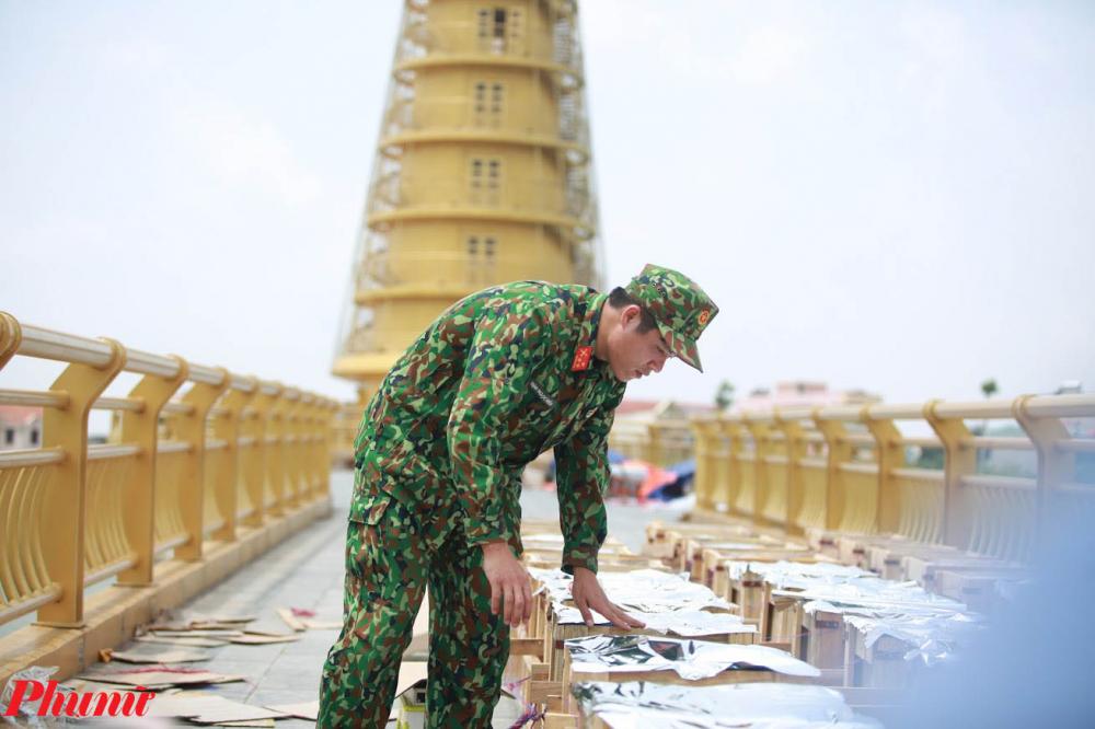 Lực lượng quân đội đi kiểm tra các thùng pháo tầm thấp được đặt trên mặt cầu đi bộ. Ban tổ chức cho biết sẽ có khoảng 8.500 quả pháo hoa (7.500 pháo tầm thấp, 1.000 pháo tầm cao) sẽ được bắn trong chương trình nghệ thuật Linh thiêng Đất Tổ - Hùng Vương.
