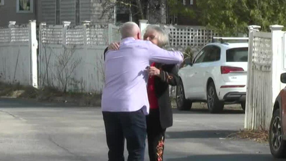 Giây phút mẹ con trùng phùng sau 54 năm - Ảnh: WCAX