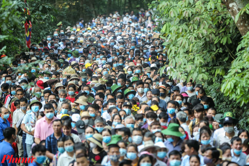 Vì người đi lễ quá đông khiến lực lượng chức năng rất khó khăn trong việc đảm bảo trật tự