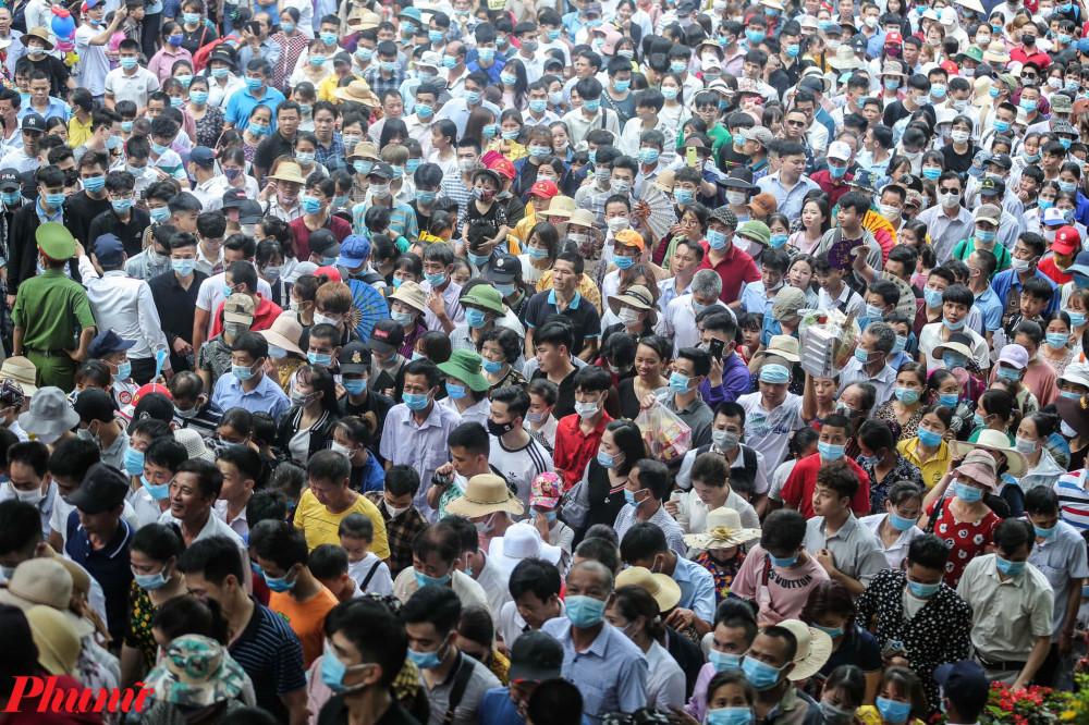 Đến khoảng hơn 7g, lượng người dân đổ về khu vực đền Hùng mỗi lúc một đông, nhiều nơi đã xảy ra hiện tượng chen lấn, xô đẩy, dồn ứ nghiêm trọng.