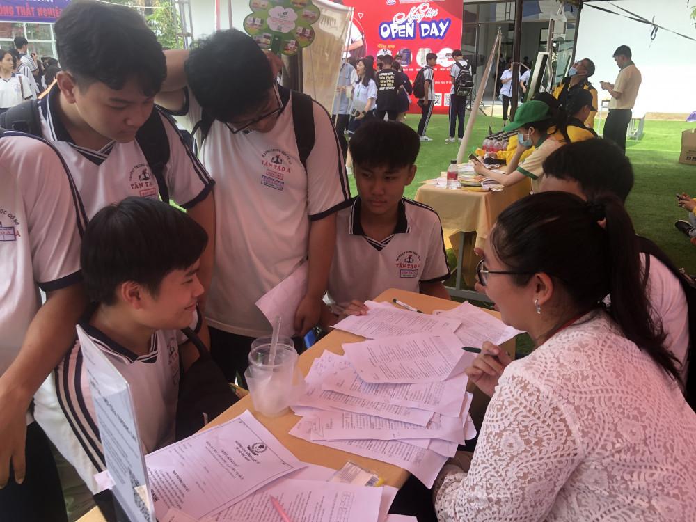 Học sinh lớp 9 ở Bình Tân tham gia hướng nghiệp để lựa chọn đường đi sau THCS