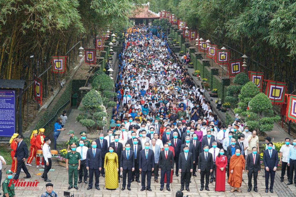 Đoàn người kéo dài hướng về Đền Thờ các vua Hùng