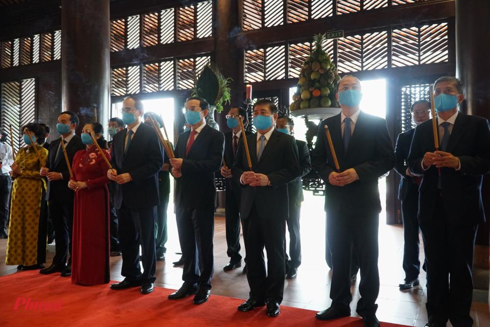 Đại diễn lãnh đạo TP đều có mặt, dâng dương dân hoa tại đền thờ Đức lễ Thành Hầu  Nguyễn Hữu Cảnh