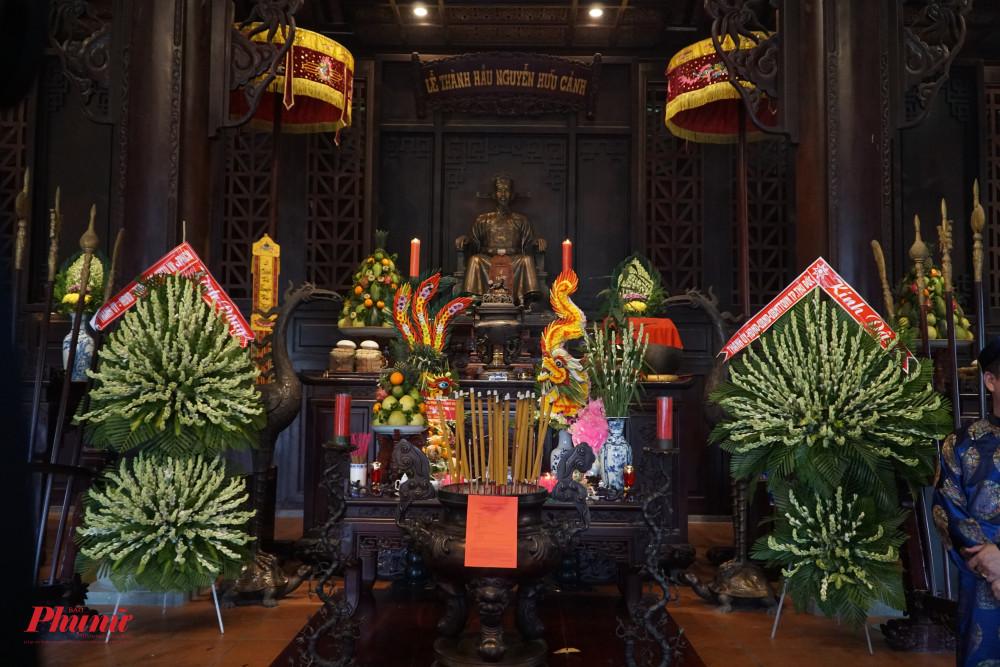 Tiếp đó, đoàn đại biểu đến dâng hương tại đền Đức Lễ Thành Hầu Nguyễn Hữu Cảnh