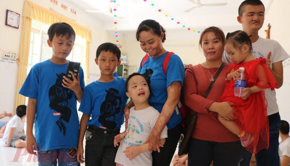 Chị Ngân thường dẫn 2 con trai đi thăm trẻ em mồ côi, khuyết tật ở các mái ấm