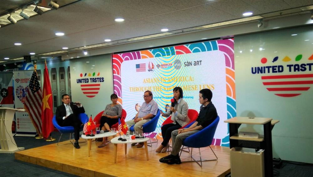 """Các khách mời trong buổi thảo luận """"Người gốc Á ở Mỹ: Qua lăng kính người Việt"""" (từ trái sang): Người dẫn chương trình- tác giả Andrew Lam, chị Hien Vuong, Giáo sư Chung Hoàng Chương, chị Chi Thuc Ha, anh Eddie Thai"""