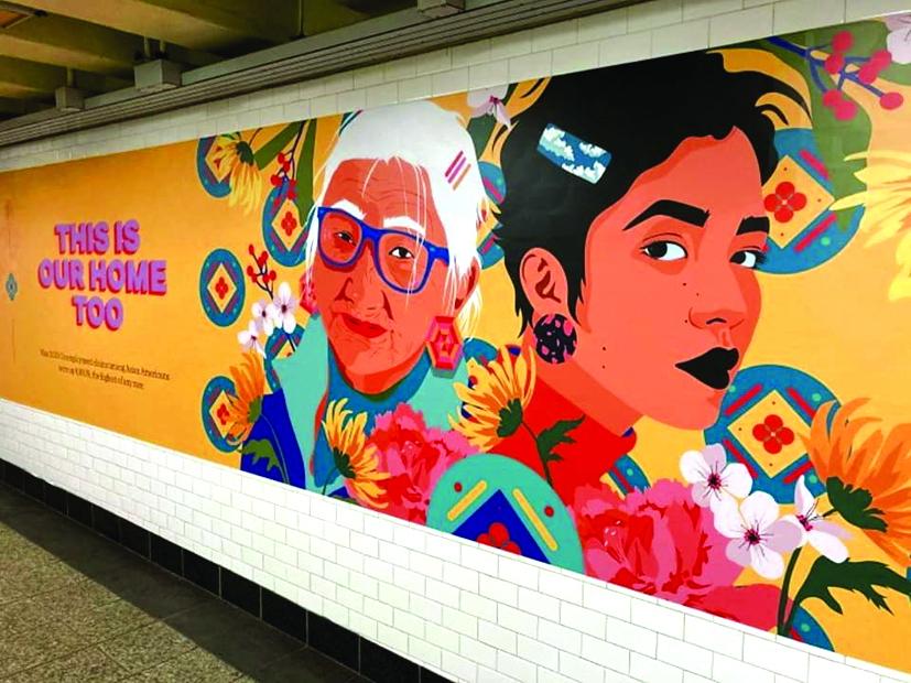 """Tranh của họa sĩ gốc Á Amanda Phingbodhipakkiya tại một trạm tàu điện ngầm ở Brooklyn, New York với thông điệp """"đây cũng là nhà của chúng tôi"""" (Nguồn: STRF/STAR MAX/IPx)"""