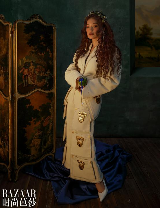 Ngoài trang phục thì kiểu trang điểm tàn nhang, tóc uốn xoăn dài, trang sức Bulgari… cũng tôn lên nét kiêu kỳ cho nữ diễn viên.