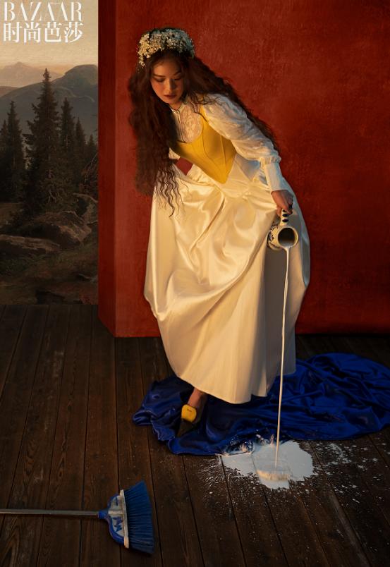 Chiếc váy dáng dài màu trắng tinh khôi phối cùng áo ghi lê vàng và đôi giày cao gót đồng màu giúp Thư Kỳ trông như một nàng công chúa. Phần tay phồng được làm bằng ren và vòng hoa trên đầu vừa có tác dụng tạo điểm nhấn cho trang phục, đồng thời còn tăng tính mềm mại cho không gian.Với nhan sắc tươi trẻ, khó ai có thể đoán được năm nay nữ diễn viên đã bước sang tuổi 44.