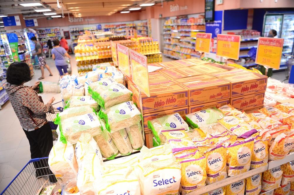 Hàng hóa đa dạng và đầy ắp tại siêu thị Co.opmart. Ảnh: Quang Định
