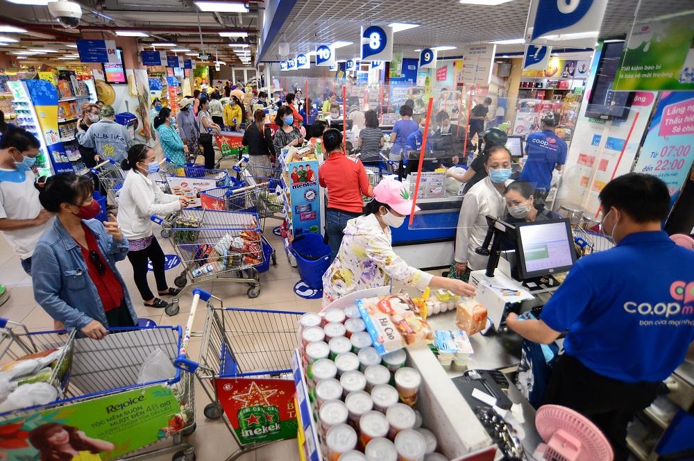 Khách hàng nhộn nhịp mua sắm tại siêu thị Co.opmart. Ảnh: Quang Định