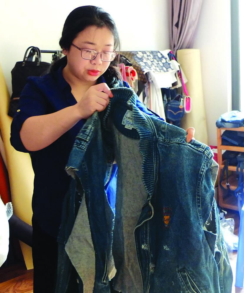 Chị Ngân đến với công việc tái chế đồ jeans cũ từ khi đứng giữa lằn ranh sinh tử