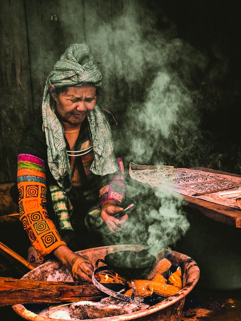 """bà Vàng Thị Mai - """"nữ hoàng thổ cẩm Hà Giang"""" tại làng Lùng Tám"""