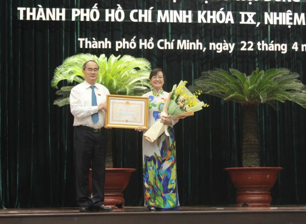Nguyên Chủ tịch HĐND TPHCM Nguyễn Thị Quyết Tâm nhận Huân chương độc lập hạng của Chủ tịch nước.