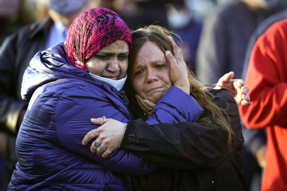 Người dân ôm nhau bên ngoài cơ sở của FedEx ở Indianapolis hôm 17/4, trong buổi lễ tưởng niệm các nạn nhân của vụ xả súng hàng loạt cách đó hai ngày làm tám người chết, 60 người bị thương - Ảnh: The New York Times