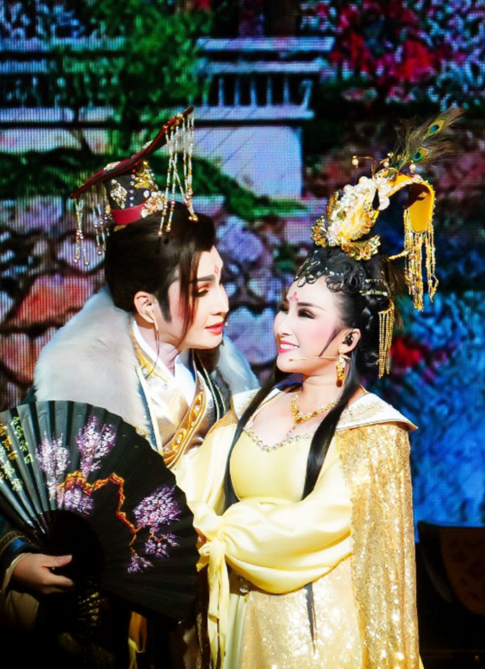 NSƯT Vũ Luân và bạn diễn trẻ Khánh Tâm trong vở cải lương Tống Nhân Tôn hoàng đế  - lấy cảm hứng từ kịch bản Xử án Bàng Quý Phi nổi tiếng trước đây