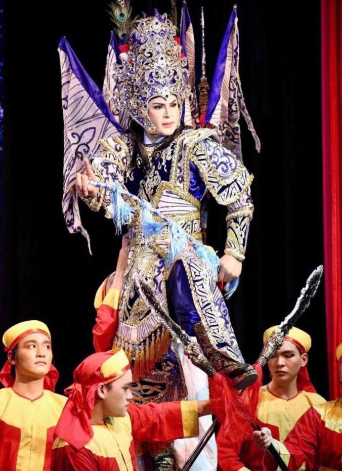 Sân khấu cải lương tuồng cổ luôn đầu tư rất mạnh cho phục trang thật lộng lẫy, bắt mắt