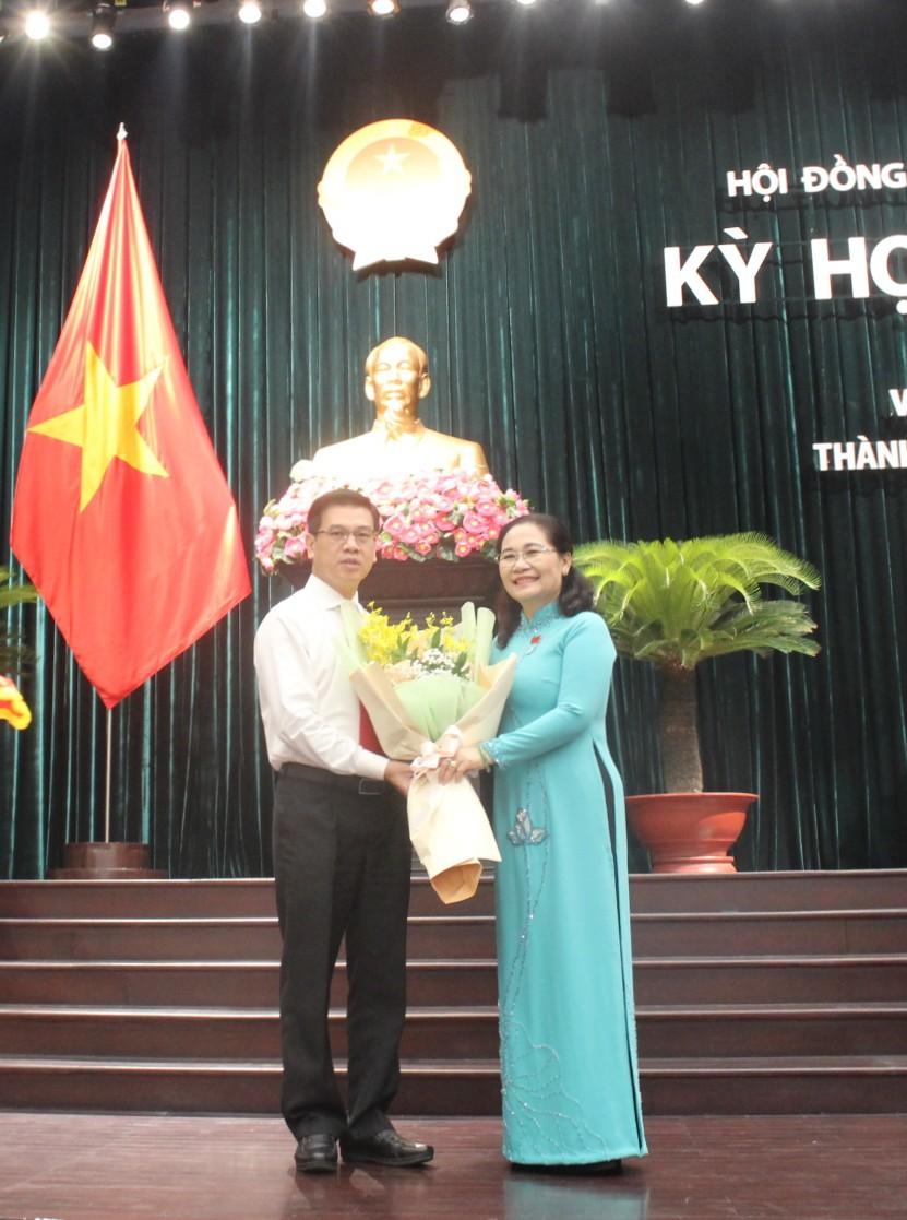 Bà Nguyễn Thị Lệ - Phó bí thư Thành ủy, Chủ tịch HĐND TPHCM chúc mừng tân Phó chủ tịch HĐND TPHCM