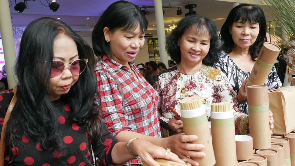 Bà Trần Thị Phương Hoa (thứ hai từ trái qua) - Phó chủ tịch Hội LHPN TP.HCM - cùng các nữ thương nhân - ảnh: diễm trang