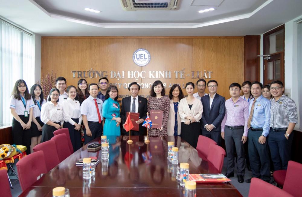 PGS-TS Nguyễn Tiến Dũng, Hiệu trưởng Trường đại học Kinh tế - Luật và bà Đặng Thị Mai Trang, Trưởng đại diện ICAEW Việt Nam trong buổi ký kết ngày 20/4. Ảnh: ICAEW