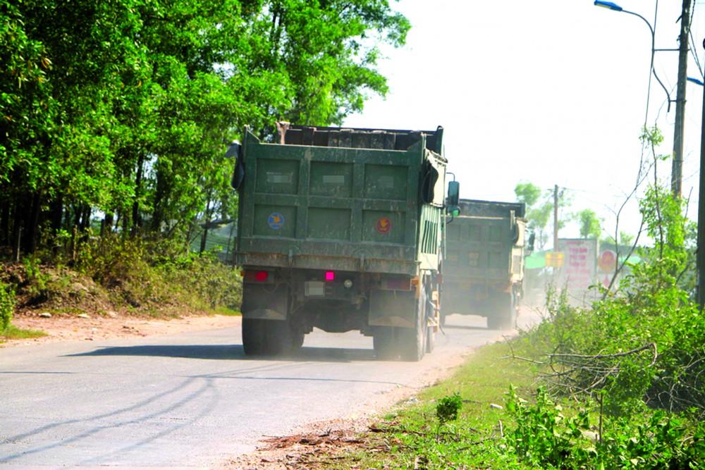Xe chở quá tải trọng mặc sức tung hoành ở tuyến đường Dạ Lê, đoạn qua P.Thủy Phương, thị xã Hương Thủy