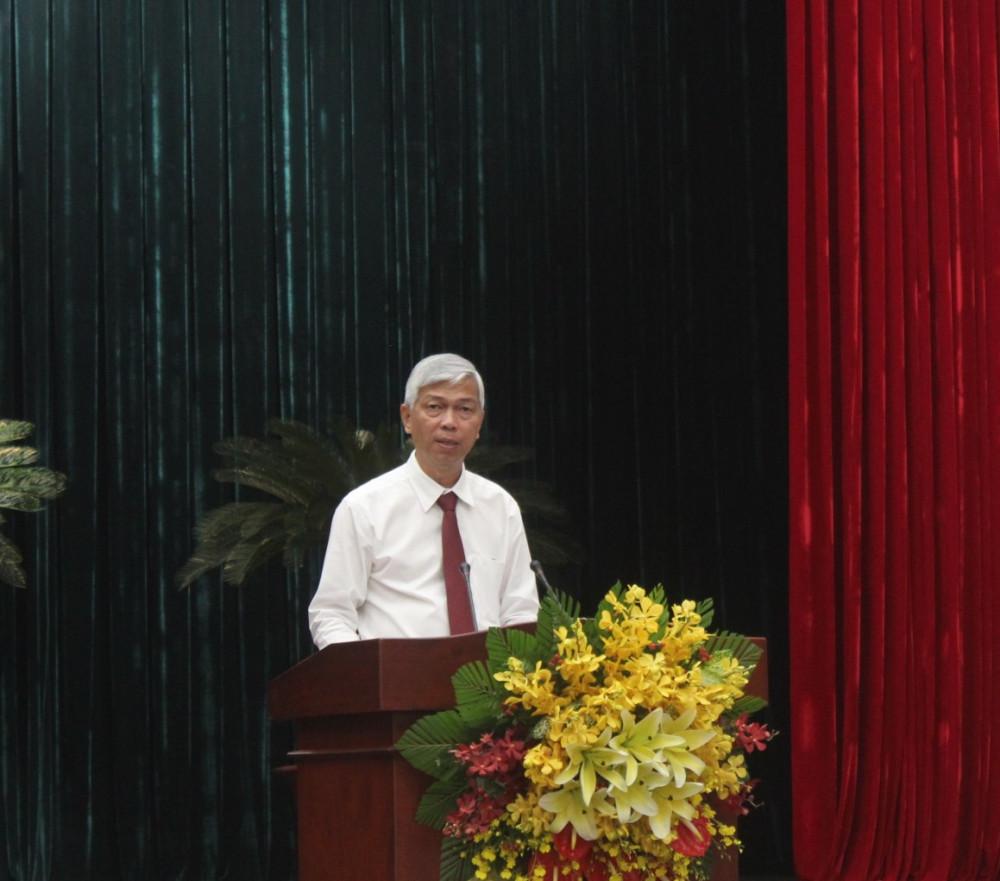 Phó chủ tịch UBND TPHCM Võ Văn Hoan đọc các tờ trình tại kỳ họp