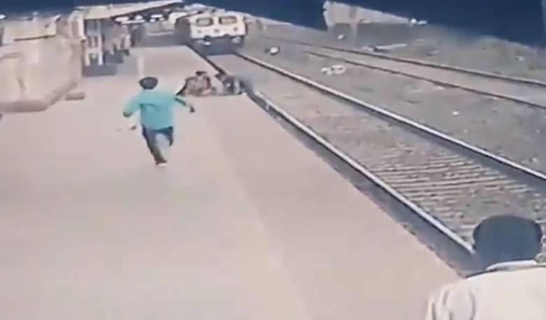 Cảnh quay từ camera cho thấy Shelke nhảy xuống đường ray để bế đứa trẻ lên sân ga an toàn, ngay trước khi đoàn tàu tiến đến
