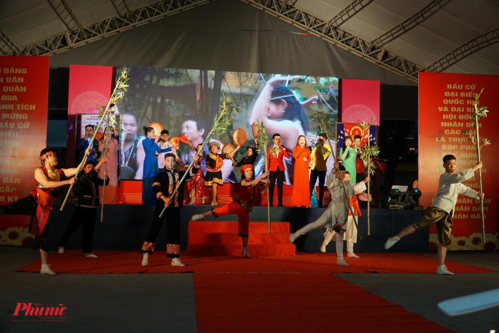 Phần thi của đội Tuyên truyền lưu động Quận 3 thể hiện sự kết nối, hòa nhập của 54 dân tộc anh em