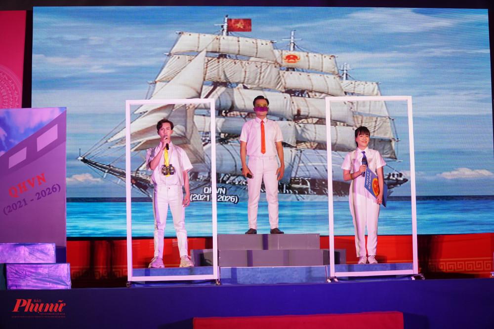 Hình tượng Con tàu Quốc Hội được đội Tuyên truyên Quận 11 thể hiện công phu, bài bản