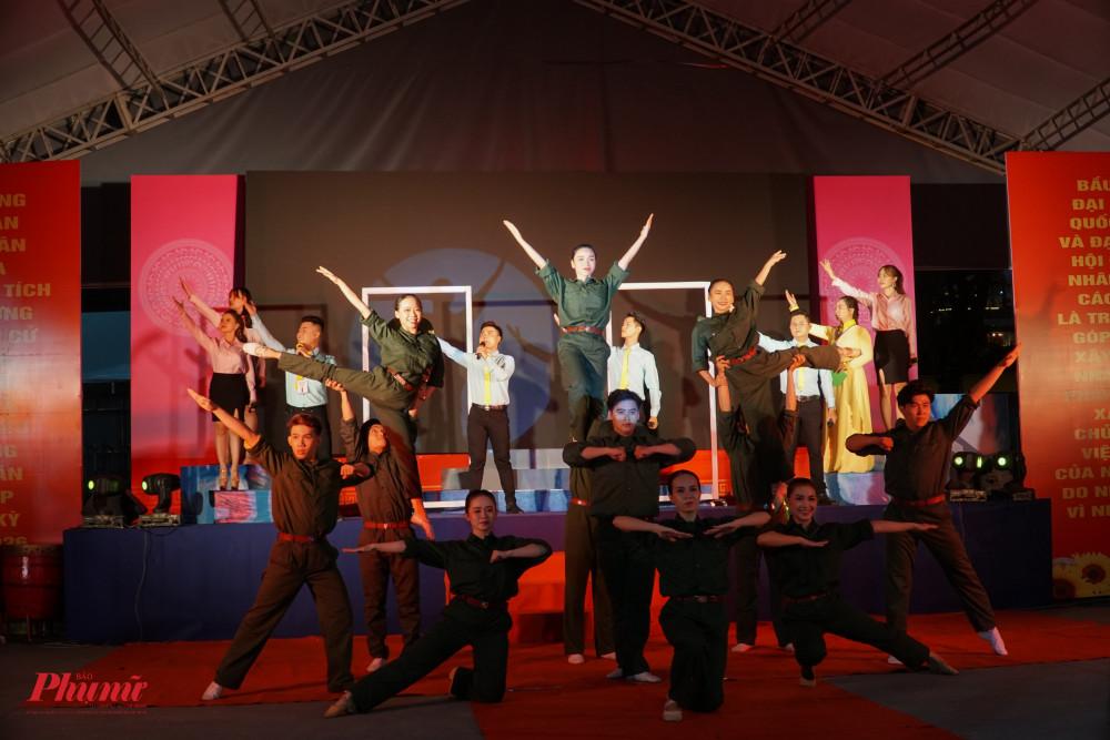 Phần trình diễn của đội Tuyên truyền Quận 11