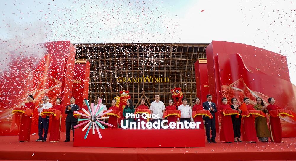 Cắt băng khánh thành siêu quần thể nghỉ dưỡng, vui chơi giải trí hàng đầu Đông Nam Á. Ảnh: Vingroup