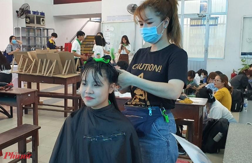 Nhiều bạn nữ sinh đã đến tham gia hiến tặng tóc cho bệnh nhân ung thư vú