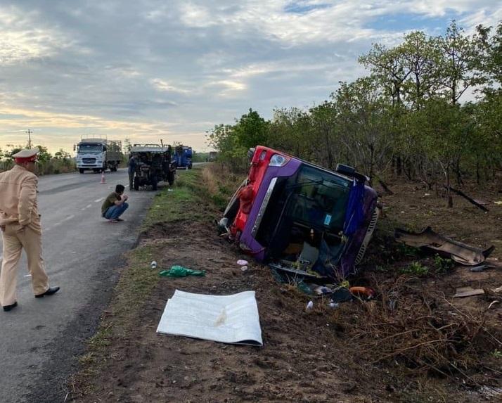 Hiện trường xảy ra vụ tai nạn lật xe khách