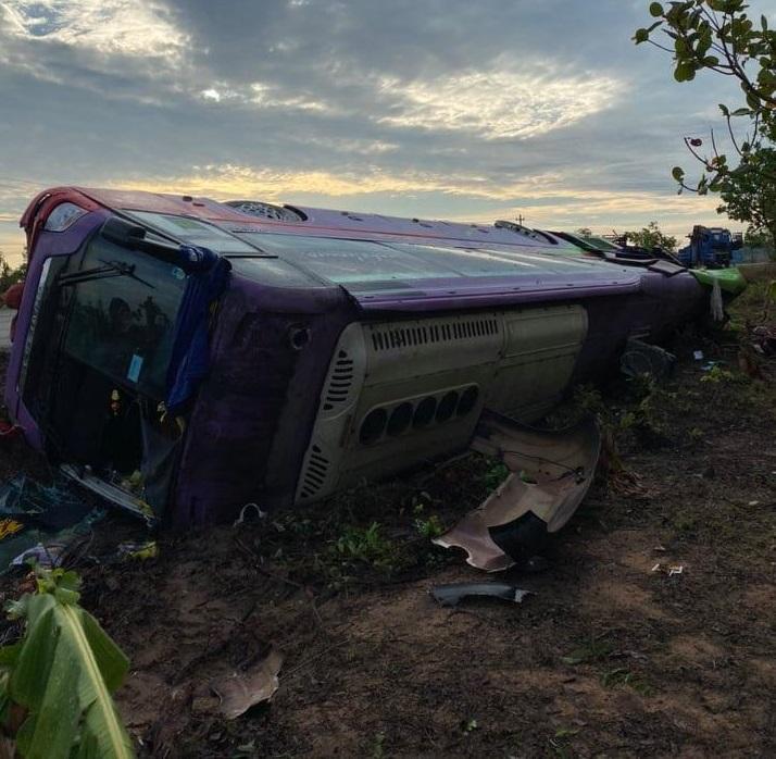 Chiếc xe khách lật ngửa bên đường