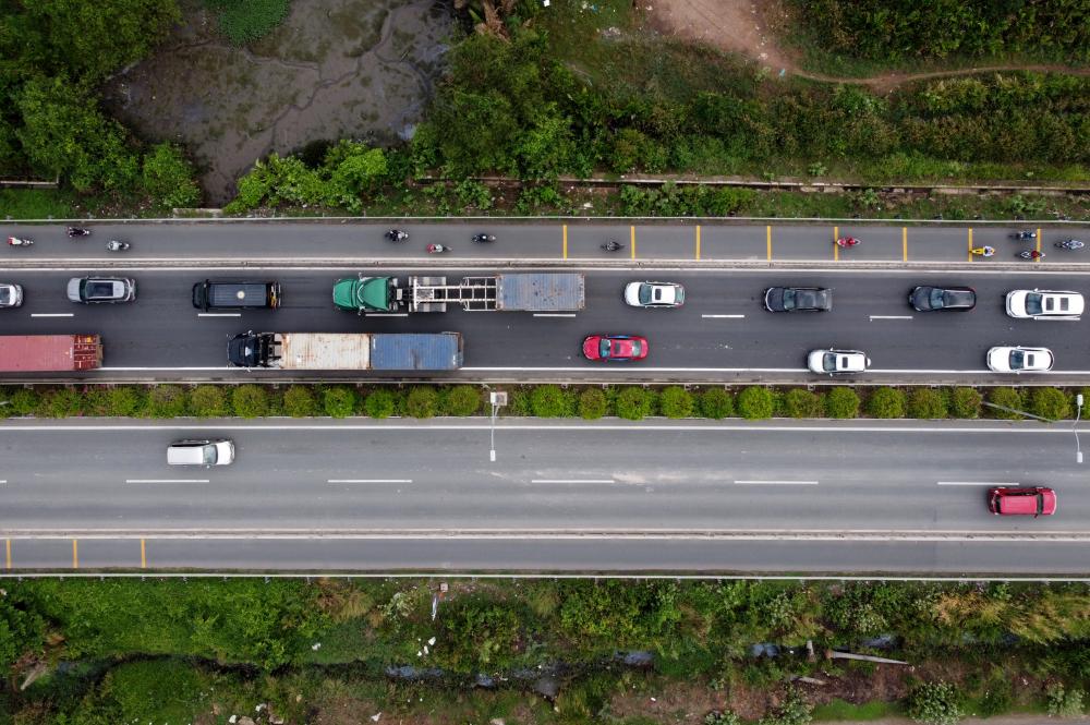 Vào giờ cao điểm sáng, lượng xe từ hướng Long Thành đổ về thành phố Thủ Đức cực kỳ đông đúc trong khi hướng ngược lại thì rất thông thoáng. Vào giờ cao điểm chiều thì ùn tắc sẽ diễn ra theo chiều ngược lại