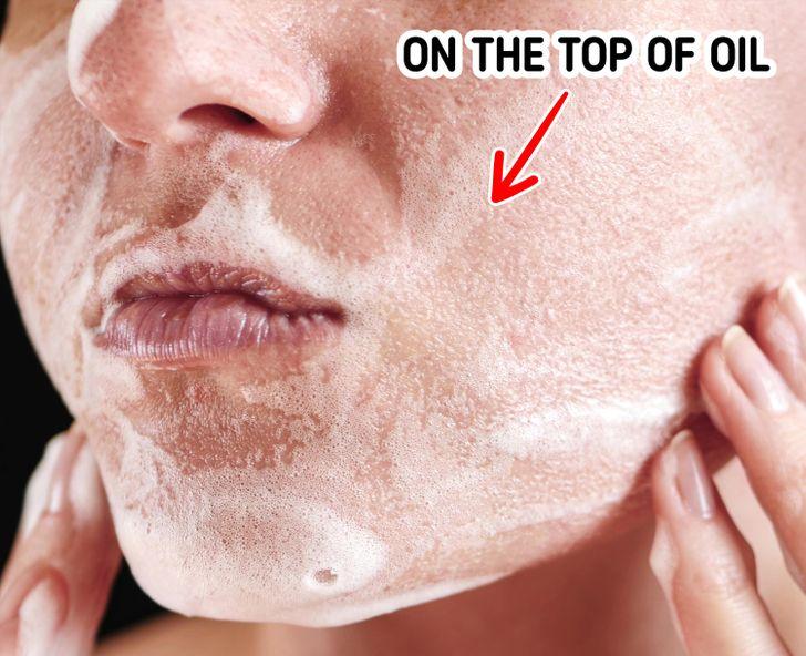 2 phút tiếp theo - làm sạch bằng sữa rửa mặt: Sau khi massage mặt, thoa một ít sữa rửa mặt lên trên lớp dầu. Các chuyên gia cho biết họ thích sữa rửa mặt dạng kem thay vì dạng bọt hoặc dạng gel vì chúng không làm khô da nhiều. Làm sạch da mặt trong 2 phút với các động tác nhẹ nhàng để không gây hại cho da mặt.